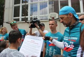 Kids sign a pledge to live drug-free