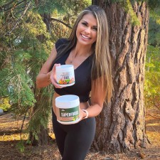 NUTRISHOP® co-founder, Tania McLendon, with products NATURE'S FUEL and FRUIT & VEGETABLE SUPERFOODS™