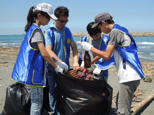Scientology Volunteers Clean Up Kaohsiung's Popular Cijin Beach