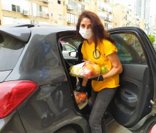 A Volunteer from the Scientology Center of Tel Aviv brings fresh fruit to families in isolation.