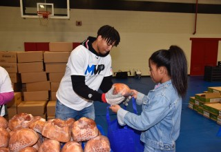 Orlando Magic Players and Amway Corporation Help Families this Thanksgiving