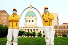 Two Scientology Volunteer Ministers, with St. Louis' iconic Gateway Arch in the background, set out to distribute prevention materials in their neighborhood.