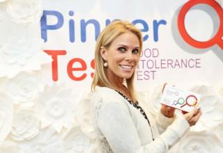 Cheryl Hines Posing With Pinnertest at the Kari Feinstein Style Lounge