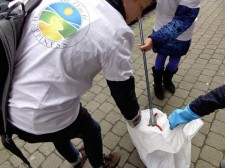 Manned with gloves, plastic bags and tongs, the volunteers policed the streets between Hallepoort and Avenue Louise.
