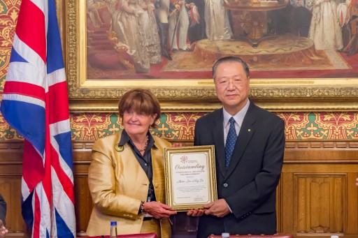 Master Jun Hong Lu Presented With International Ambassador for World Peace and Philanthropy in British Parliament