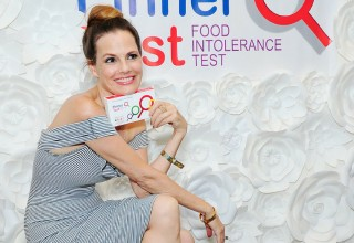 Suzanne Cryer Posing With Pinnertest at the Kari Feinstein Style Lounge