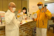 Volunteer Ministers from the Church of Scientology Tokyo provided their booklets to this health clinic to make information on prevention available to their patients.
