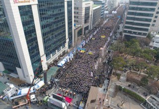 Thousands Gather in Seoul