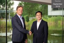 Markus Schaefer (Daimler) and Dr. Yu Wang (Farasis) shake hands in 2019. Copyright:  Daimler AG