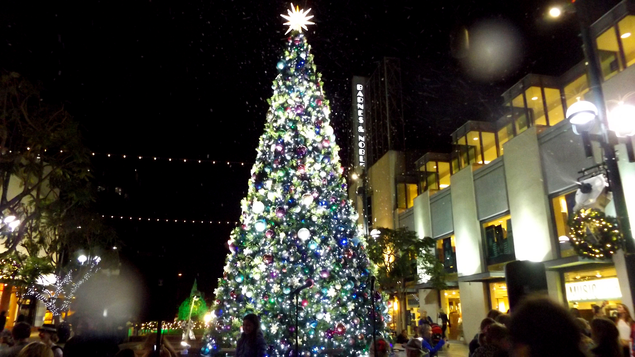 snow in santa monica holiday tree events use snow to create happiness