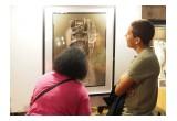 people carfully looking at Fu Wenjun's work