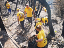 Scientology Volunteer Ministers join residents of Santu Lussurgiu in a cleanup.