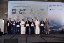 IDEA President Rob Thornton (left) and Pablo Izquierdo (right)  from Dubai Carbon Centre of Excellence  present the 2018 Group Carbon Award at IDEA's 8th DistrictCooling Conference in Dubai, UAE.